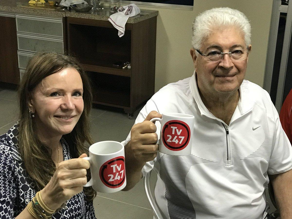 O senador Roberto Requião (MDB-PR) postou neste sábado 6, em seu Twitter, uma foto em que faz um brinde com a senadora Vanessa Grazziotin (PCdoB-AM) com a caneca da TV 247, que está à venda no Mercado Livre