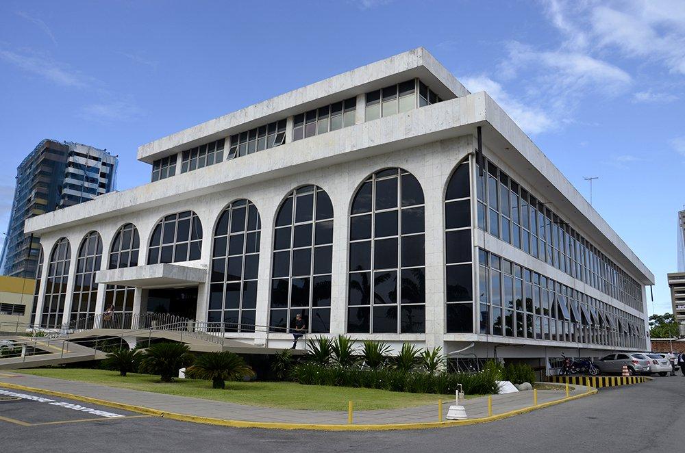 """O Ministério Público de Alagoas (MP/AL) instaurou procedimento preparatório de inquérito para apurar a denúncia sobre uma funcionária do Tribunal de Contas do Estado (TCE) que continuou """"recebendo"""" aposentadoria paga pelo órgão por mais de dois anos mesmo após o seu falecimento, ocorrido em 2015; informações já foram solicitadas ao Tribunal de Contas e as respostas devem ser entregues esta semana para que o caso tenha encaminhamento"""