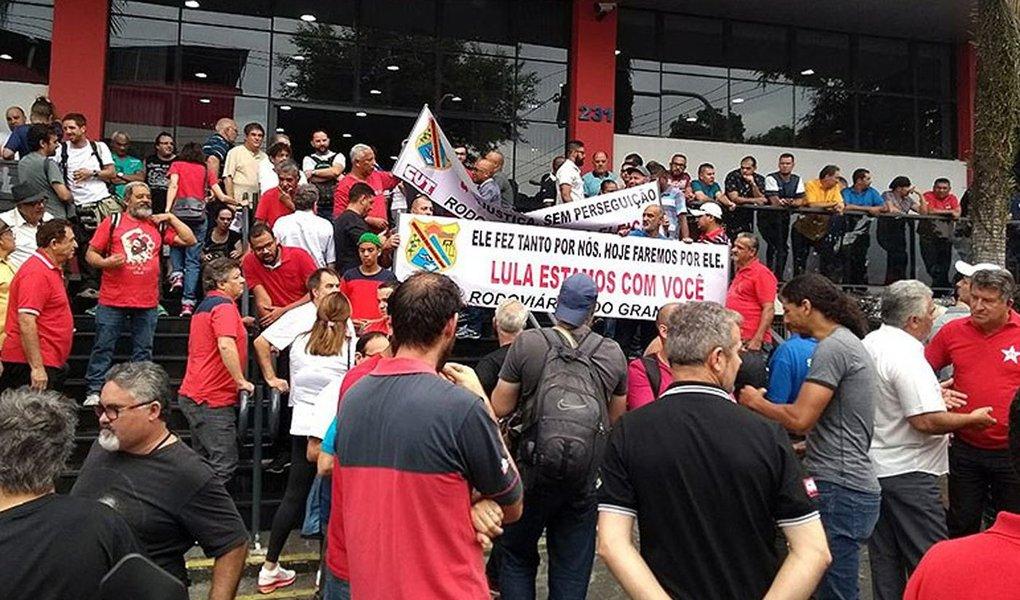 Manifestações em defesa do ex-presidente estão programadas em diversas capitais. Lula acompanha sessão do TRF4 no Sindicato dos Metalúrgicos do ABC, que está tomado por apoiadores