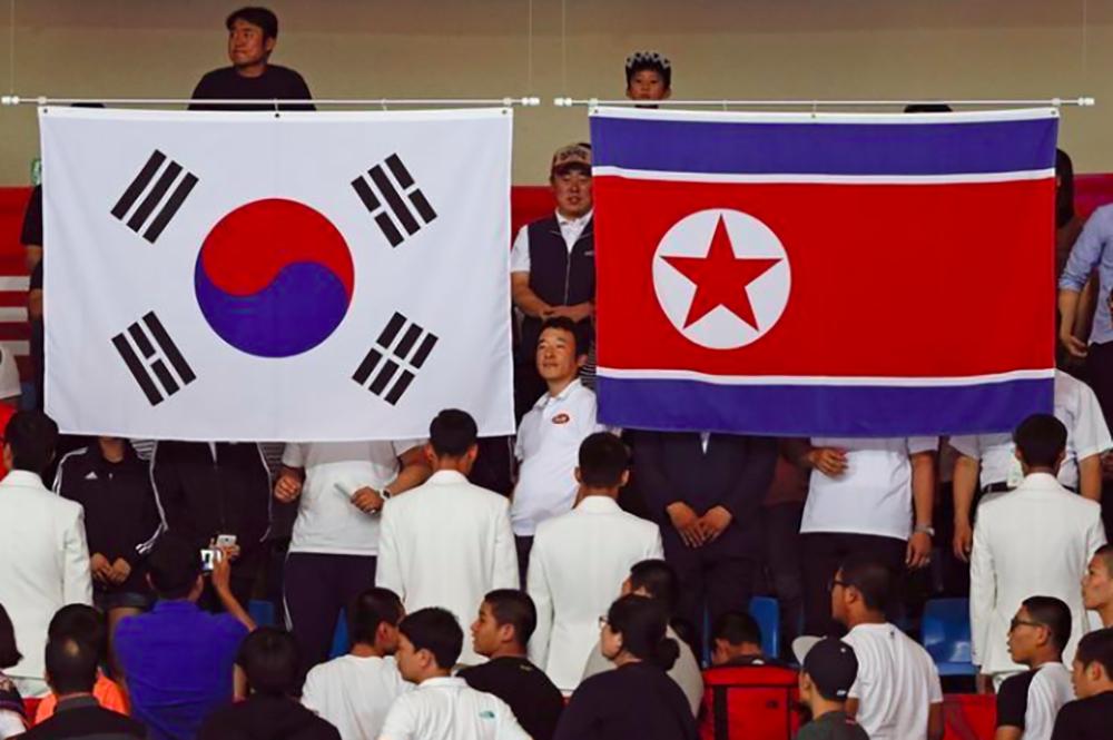 """Coreia do Sul propôs conversas à Coreia do Norte nesta terça-feira, apesar do impasse resultante dos programas de armas norte-coreanos, um dia depois de o líder do regime de Pyongyang, Kim Jong Un, ter dito que está aberto a negociações, mas que seu país seguirá com a """"produção em massa"""" de ogivas nucleares;""""Esperamos poder discutir francamente interesses dos dois lados frente a frente com a Coreia do Norte, além da participação do Norte na Olimpíada de Inverno de Pyeongchang"""", afirmou o ministro da Unificação sul-coreano, Cho Myong-gyon"""