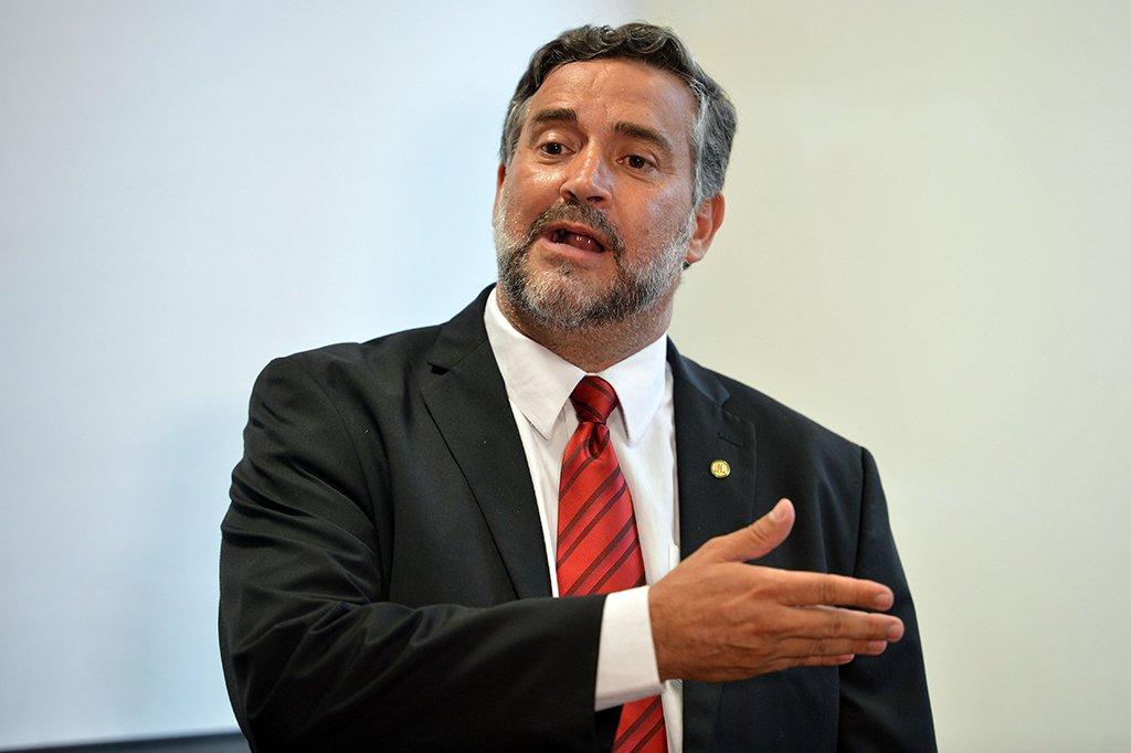 """O líder do PT na Câmara dos Deputados, Paulo Pimenta (RS), também afirmou que a intervenção federal na segurança pública no Rio tem o objetivo de """"responder a uma situação delicada e crítica que envolve o governo, a sua popularidade, a sua incapacidade do governo em cumprir a sua agenda, especialmente a Reforma da Previdência""""; após o general Walter Braga Netto dizer que há """"Muita mídia"""" sobre a situação do estado, Pimenta afirmou que a medida """"carece de seriedade; deputado lembrou, ainda, que o governo anunciou um Plano Nacional de Segurança no ano passado; """"O que foi feito daquele plano? nada"""