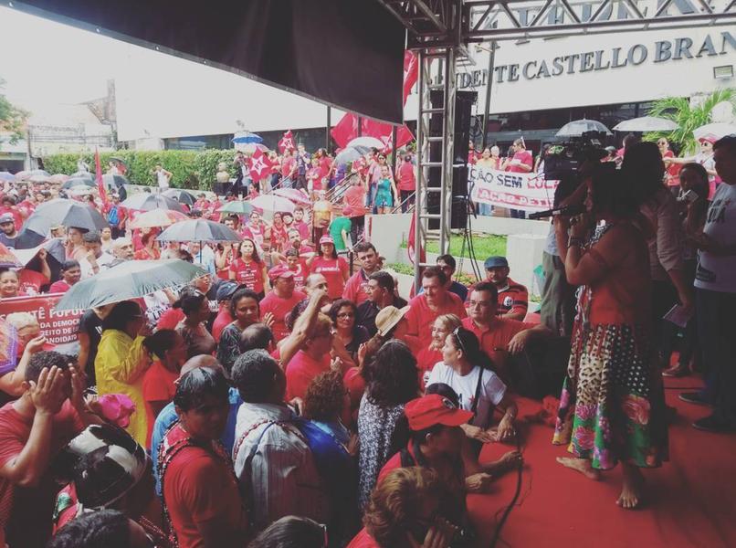 """No entorno da sede da Justiça Federal em Fortaleza, milhares de pessoas participam de manifestação em defesa da democracia e do direito do ex-presidente Lula ser candidato. O presidente do PT Ceará, Francisco de Assis Diniz, disse que nesta quarta-feira (24), dia em que ocorre o julgamento do ex-presidente, quem está sendo condenado """"são os homens e mulheres lutadores deste País"""" e que """"está em curso a terceira e mais cruel etapa do golpe brasileiro"""". O ato segue até as 15h30, quando os manifestantes sairão em caminhada pelo Centro da Cidade"""