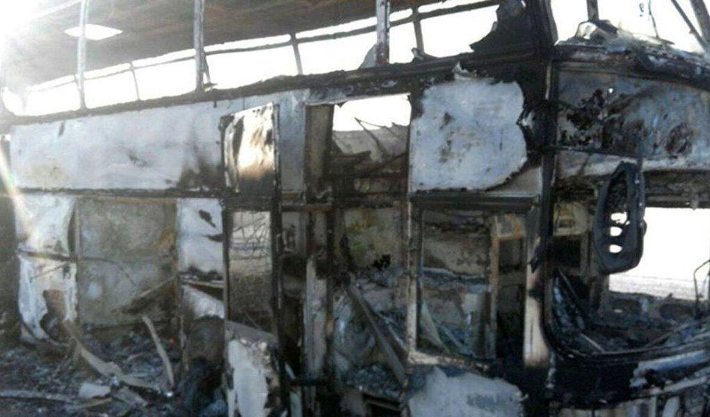 Nesta quinta-feira (18), no território do Cazaquistão, um ônibus pegou fogo matando 52 passageiros, comunica o Comitê de Situações de Emergência do país; somente cinco pessoas conseguiram sobreviver à tragédia; motivo do desastre permanece desconhecido
