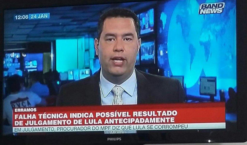 """Band News, duas horas depois de antecipar o resultado do julgamento de Lula no TRF4, em Porto Alegre, antes mesmo de começarem os votos dos desembargadores, se desculpou e alegou """"falha técnica""""; durante o ato vigília no acampamento da democracia em Porto Alegre, onde militantes aguardam o resultado do julgamento do Lula, uma repórter e um cinegrafista da band foram expulsos pelos manifestantes aos gritos de """"golpistas"""" logo após a notícia falsa sobre o julgamento ter sido veiculada pela emissora"""