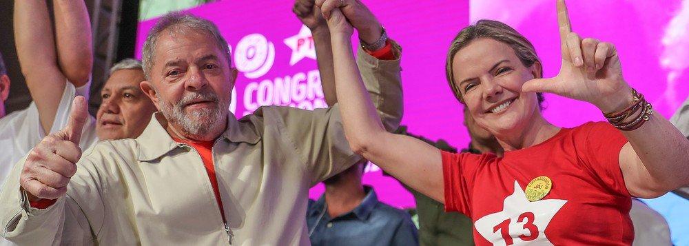 """A presidente nacional do PT, Gleisi Hoffmann (PR), reforçou que, apesar da perseguição judicial sofrida pelo ex-presidente Lula, a opinião pública quer o petista de volta ao Palácio do Planalto; """"Lula perde tudo na justiça, e ganha tudo na opinião pública. O povo é o grande ativo de Lula, que quer ele de volta na presidência! Não adianta Globos, Moros e cia, o povo é Lula!!!"""", disse a parlamentar no Twitter"""