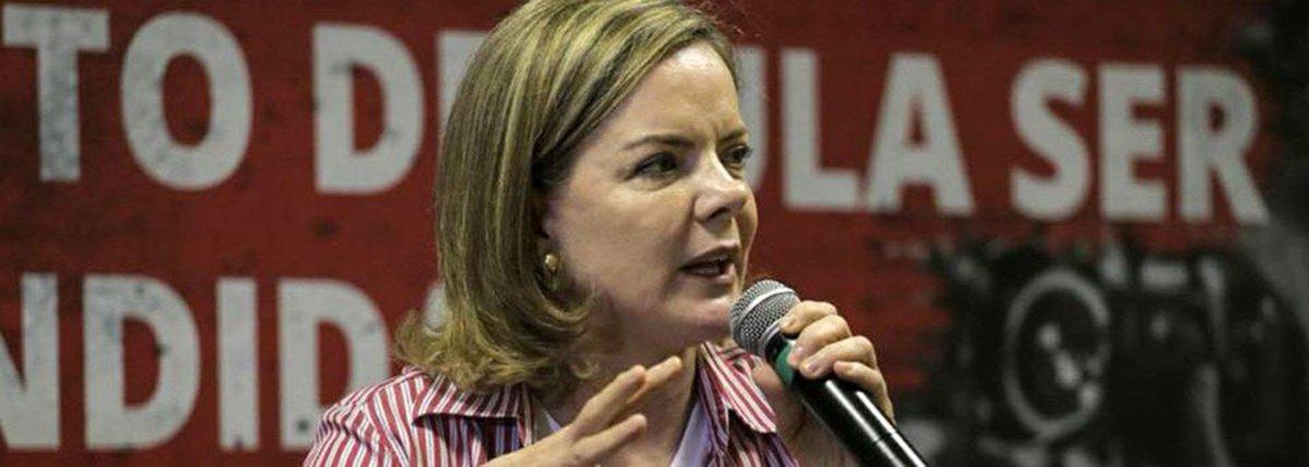 """A presidenta nacional do PT, senadora Gleisi Hoffmann, afirmou que o caminho para barrar o golpe e o estado de exceção é a greve geral; a declaração dela foi dada na abertura do """"Diálogos internacionais sobre democracia"""", em Porto Alegre; oposicionamento de Gleisi acontece dois dias antes do julgamento do ex-presidente Lula no TRF4, com sede em Porto Alegre, no processo envolvendo o tripléx no Guarujá, em que o petista foi condenado sem provas pelo juiz federal Sergio Moro"""