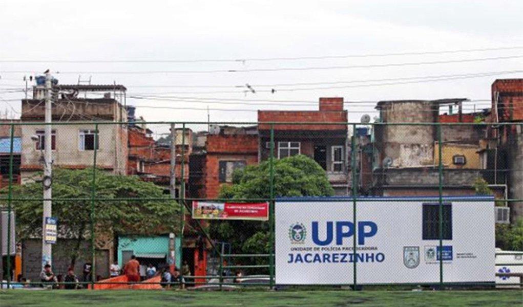 No terceiro dia de operações policiais na comunidade do Jacarezinho, na zona norte do Rio de Janeiro, policiais militares (PMs) ficaram assustados com a atuação de um helicóptero da Polícia Civil; PMs reclamaram que policiais civis dispararam tiros nas proximidades de uma das bases da Unidade de Polícia Pacificadora (UPP)