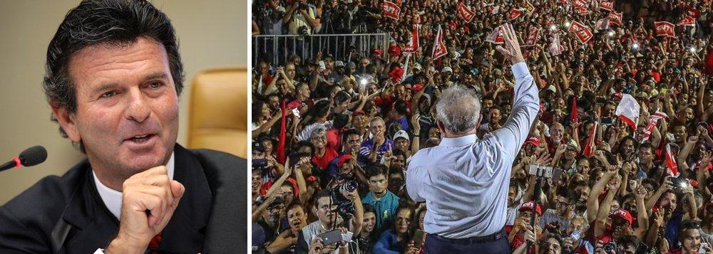 """O jornalista Ranier Bragon criticou o ministro Luiz Fux, presidente do TSE, em artigo neste domingo na Folha de S. Paulo, por ter dito que que""""ficha-suja está fora do jogo democrático"""", num claro recado ao ex-presidente Lula; """"Fux pretende, esse foi o entendimento, liderar mais uma reviravolta de regras ao sabor das circunstâncias. Qual seja, a necessidade de evitar que Lula participe de qualquer fase do processo eleitoral"""", diz ele; """"Passar por cima ao sabor do vento, em nome da moralidade ou de qualquer outra coisa, é fragilizar instituições e flertar com a bananice na República"""", diz ele"""
