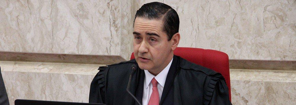 """""""O presidente do TRF-4, Thompson Flores, aquele que no ano passado definiu a sentença de Moro contra Lula no caso do tríplex do Guarujá – 9 anos e meio de prisão – como 'irretocável', quebrando a ética jurídica que prescreve o silêncio em relação a processos sub-judice, disse à comissão organizadorado PT que juízes do seu tribunal - sem especificar quais - teriam sido ameaçados"""", escreve o colunista Alex Solnik; segundo o jornalista, """"uma informação dessa gravidade, mais grave ainda por ter vindo de quem veio não poderia ter sido divulgada de forma tão imprecisa""""; """"A declaração de Flores pode ser entendida, portanto, como tentativa de criar um fato político contra Lula e de influenciar efetivamente para um resultado desfavorável ao acusado"""""""