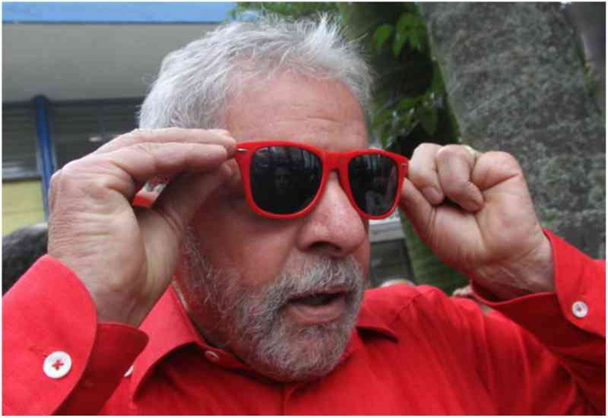 """Além de liderar as pesquisas de opinião para as eleições de 2018, Lula parece estar bem cotado com outro tipo de eleitora: as moças solteiras. O ex-presidente recebe, em média, cinco cartas de mulheres pedindo para namorar com ele; nos atos políticos, são ouvidos gritos de guerra de """"senhoritas"""" dispostas a namorar com o ex-presidente, como este: 'Lula, tesão, bonito e gostosão"""