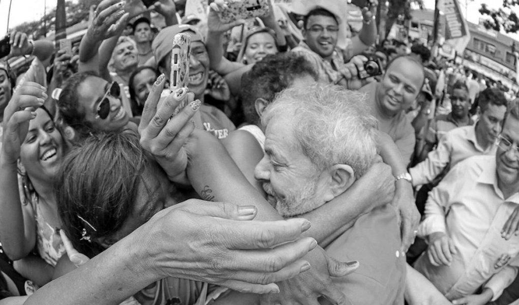 """""""Narrar Lula, explicar Lula, codificar Lula. Como fazer? É, certamente, um desafio literário. Não é como redigir um biografia de um vulto histórico qualquer: é muito mais do que isso. A explicação é singela: Lula é um genuíno homem do povo. Ele não se curvou ao universo sedutor da elite política"""", escreve o colunista Gustavo Conde, para quem """"um biógrafo é pouco para Lula""""; """"Não há mais o que lamentar ou o que temer. A democracia - essa palavra que nesse momento é sinônimo de Lula - está se insinuando para voltar a protagonizar a história deste país. Aos narradores, resta o desafio do relato. Ao povo, resta a catarse democrática, pronta para inflamar novamente os desígnios do eleitor soberano"""", diz ele"""
