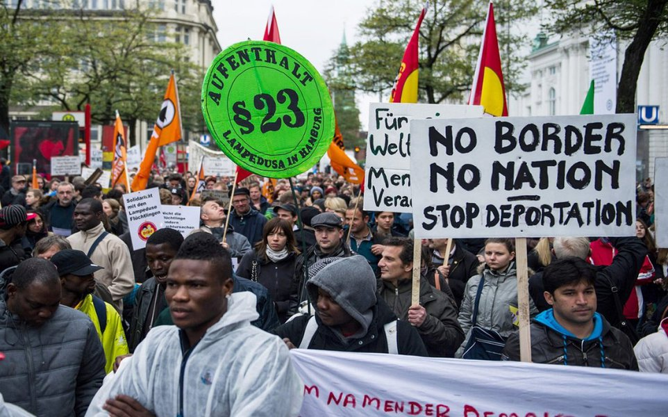 Deputados conservadores e sociais-democratas da Alemanha chegaram a um acordo em relação à estadia de refugiados de guerra no país;a partir de 1o de agosto, até mil familiares por mês terão permissão para se unir a pessoas que receberam permissão para ficar na Alemanha com menos do que o status pleno de refugiado
