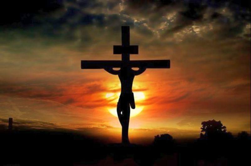 E se Cristo tivesse sido enforcado, os cristãos estariam ornamentando seus altares com forcas? Teríamos forcas nas batinas, nos pingentes, nas lancheiras das crianças... Se ele tivesse sido morto espancado, seria um tacape o nosso símbolo?