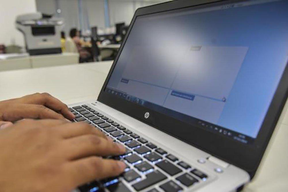 Um estudo organizado com base em dados do Programa Internacional de Avaliação de Alunos (Pisa) de 2015, mostra que o Brasil tem a segunda pior conectividade nas escolas entre os países que participaram do levantamento; segundo a análise, 28,3% dos estudantes do Brasil afirmaram que têm acesso a computadores com internet nas escolas; porcentagem perde apenas para a República Dominicana, com 28,18%; a média de conexão dos países da OCDE é de 55,9%