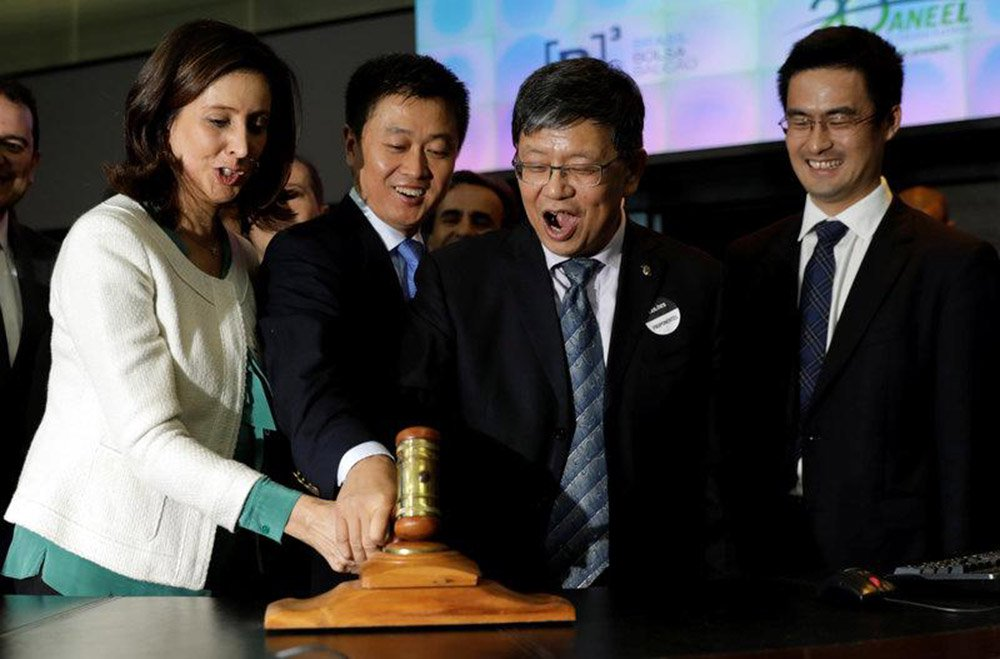A China investiu US$ 20,9 bilhões no Brasil em 2017, maior valor desde 2010 uma vez que a recessão ajudou a reduzir os preços de ativos e atraiu investidores, de acordo com o Ministério do Planejamento brasileiro; os setores de energia, logística e agricultura atraíram o maior volume de capital chinês, incluindo investimentos nos campos de petróleo do pré-sal e o acordo de 2,25 bilhões de dólares da chinesa State Power Investment Corp para operar a usina hidrelétrica de São Simão