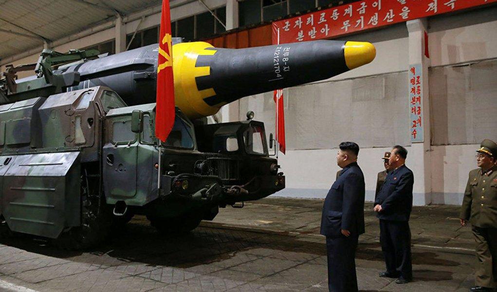 """Coreia do Norte pode possuir cerca de 20 ogivas nucleares. Além disso, Pyongyang pode contar com material para a produção de mais 60 ogivas novas, informou a revista Bulletin of Atomic Scientists; """"Com base em informações disponíveis, avaliamos com cuidado a quantidade de material radioativo que a Coreia do Norte pode ter produzido e concluimos: o país pode produzir entre 30 e 60 ogivas. E já deve ter construído entre 10 e 20. Ainda é possível que a Coreia do Norte possua ogivas para mísseis de menor alcance, tais como Nodon"""", informou o artigo"""