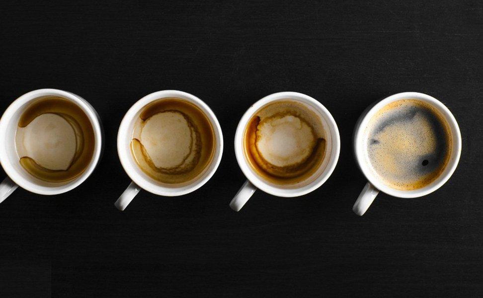 A cafeína, alcaloide extraído do café, é a substância psicoativa mais consumida do mundo. Ela é perigosa para a saúde? Faz mal? Ou é benéfica e faz bem? A ciência dá o seu veredito a respeito dessa bebida-símbolo do nosso país. E a matéria explica como ela age no nosso cérebro.