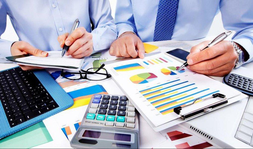 Dados do Indicador de Inadimplência de Pessoa Jurídica, medido pelo Serviço de Proteção ao Crédito (SPC Brasil) e pela Confederação Nacional de Dirigentes Lojistas (CNDL), mostraram que o número de empresas com contas em atraso e registradas como devedoras aumentou 3,71% em novembro, comparado ao mesmo mês do ano passado, quando essa variação foi de 6,8%; na comparação com outubro houve crescimento de 0,53%
