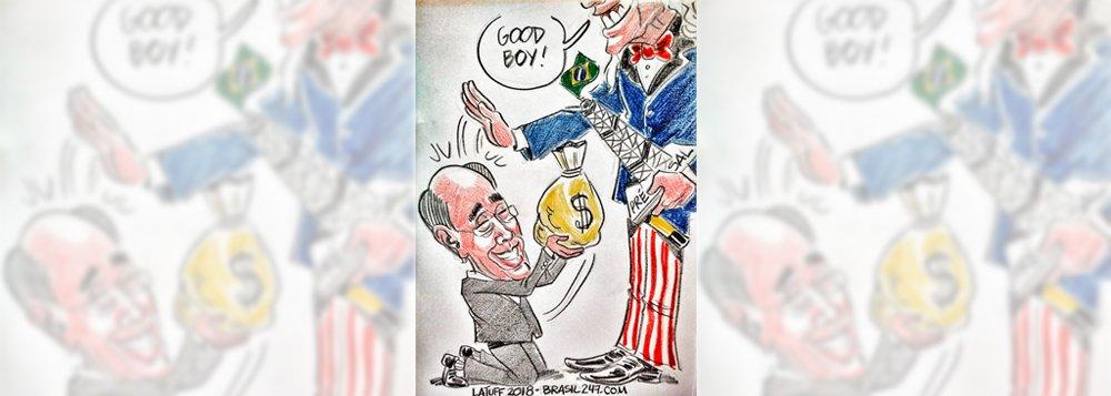 Chargista Carlos Latuff retrata nesta sexta-feira, 5, a decisão do presidente da Petrobras, Pedro Parente, de fechar acordo no qual pagará R$ 10 bilhões a investidores americanos por supostas perdas decorrentes das revelações de corrupção na Petrobras; em charge exclusiva para o 247, Latuff mostra Parente de joelhos, entregando um saco de dinheiro ao Tio Sam, que já segura uma plataforma de petróleo brasileira, numa crítica à venda, por preços irrisórios, de campos do pré-sal