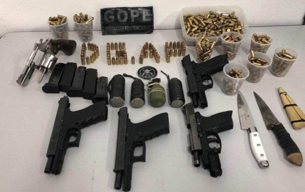 A Penitenciária Odenir Guimarães, no complexo prisional de Aparecida de Goiânia, passou por revista na madrugada desta terça-feira (16); segundo a Diretoria-Geral de Administração Penitenciária (DGAP), foram encontradas quatro pistolas, um revólver, três artefatos explosivos improvisados, uma granada e 600 munições; aoperação contou com o auxílio do Grupo de Operações Penitenciárias (Gope) e com as forças do Comando de Missões Especiais (CME) da Polícia Militar