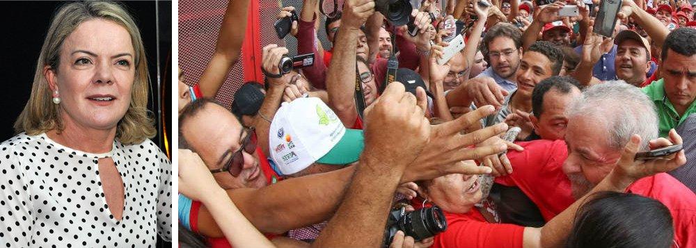 """Senadora e presidente nacional do PT Gleisi Hoffmann (PR) assegura, em entrevista à TV 247, que a candidatura de Lula será registrada no dia 15 de agosto; """"Lula vai estar na campanha, vai fazer campanha de rádio e TV, vai estar falando com o povo, vai ter um apoio de massa e vai estar na urna eletrônica. Como é que vocês vão justificar para o mundo que vocês vão tirar um candidato que tem apoio popular, que vai estar na urna eletrônica e que a maioria do povo brasileiro quer votar? Vão querer cassar o direito do povo brasileiro votar?"""", questiona; assista à íntegra"""