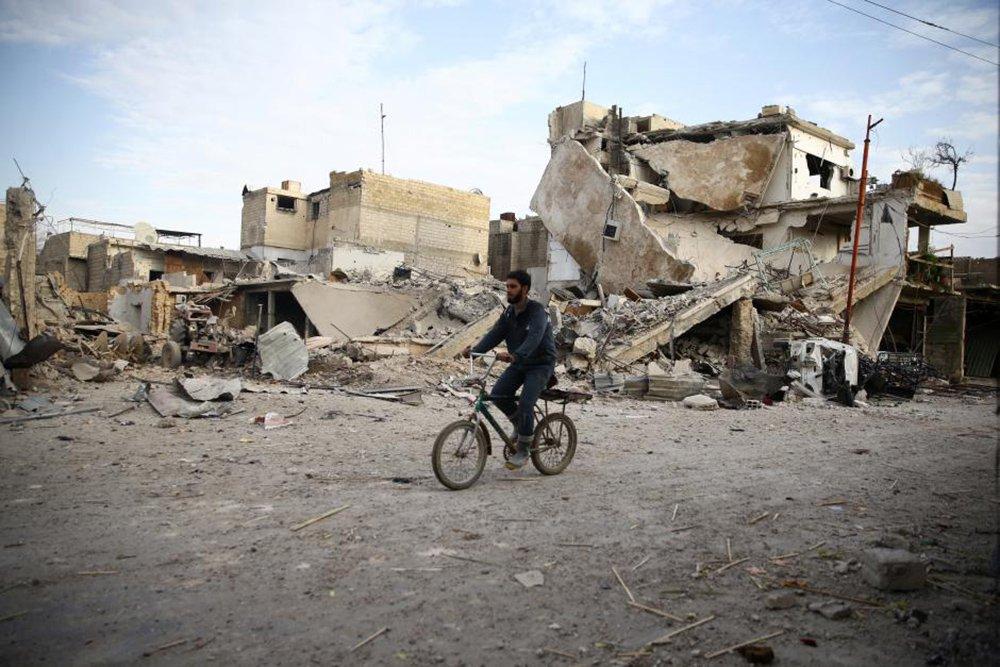 """Combates foram registrados no distrito sírio de Ghouta nesta terça-feira, disse a Organização das Nações Unidas (ONU), apesar de um cessar-fogo de cinco horas convocado pela Rússia, aliada do presidente da Síria, Bashar al-Assad; """"Temos relatos nesta manhã de que há combates contínuos no leste de Ghouta"""", disse o porta-voz humanitário da ONU, Jens Laerke, a repórteres em Genebra. """"Claramente a situação no terreno não permite que comboios possam ir ou que retiradas médicas possam ocorrer"""""""