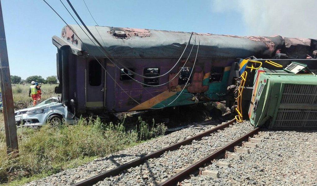 """Um trem de passageiros descarrilou e colidiu com um caminhão, deixando 14 mortos e dezenas de feridos, na província de Free State, na África do Sul, disse uma autoridade do serviço ferroviário nesta quinta-feira; """"Ainda não está confirmado, mas o número de mortes por enquanto está em 14"""", disse Daisy Daniel, porta-voz da agência ferroviária de viagens de longa distância Shosholoza Mey"""