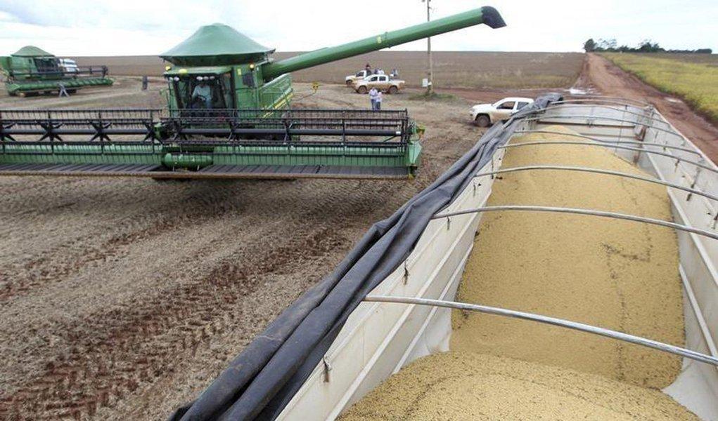 A Companhia Nacional de Abastecimento (Conab) informou que o volume de grãos da safra 2017/2018 deverá ser 4,1% menor do que o da última safra; segundo a Conab, a produção deve ficar em 227,9 milhões de toneladas; apesar do recuo, calcula-se que a área de plantio seja 1% mais vasta, abrangendo 61 milhões de hectares; recorde no País, a produção total da safra passada foi de 237,7 milhões de toneladas