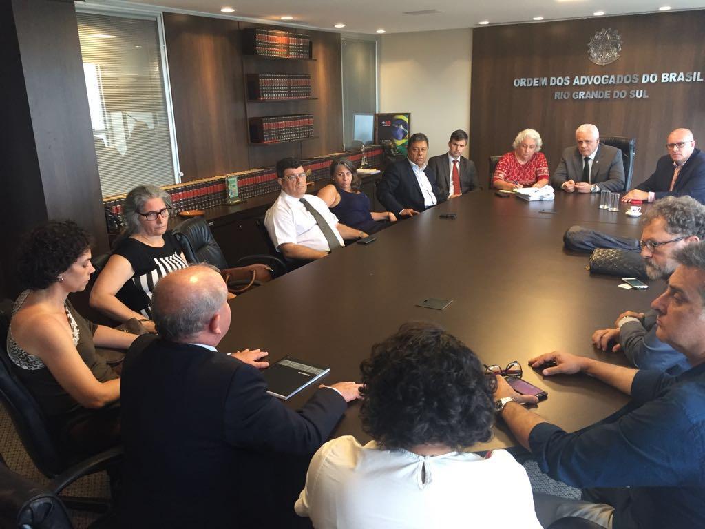 Representantes de uma comissão de advogados se reuniram nesta segunda-feira com o presidente da Ordem dos Advogados do Brasil (OAB), Ricardo Breier, 'para garantir o livre exercício da profissão' durante no julgamento do ex-presidente Lula; mais de 80 juristas se dispuseram a compor a comissão formada para representar manifestantes e assegurar que o direito à liberdade de expressão não seja violado