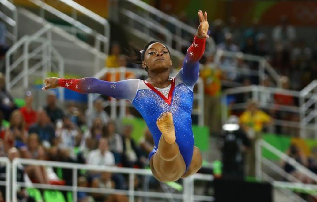 Simone Biles, ginasta com quatro medalhas olímpicas de ouro, disse que foi abusada sexualmente por Larry Nassar, ex-médico da equipe de ginástica dos EUA, a mais recente atleta a acusar o médico de abuso; a norte-americana de 20 anos, que foi integrante chave da equipe dos EUA que ganhou o ouro nos Jogos do Rio de 2016, é mais uma ginasta de alto nível a acusar Nassar de abuso, a exemplo de Gabby Douglas, Aly Raisman e McKayla Maroney