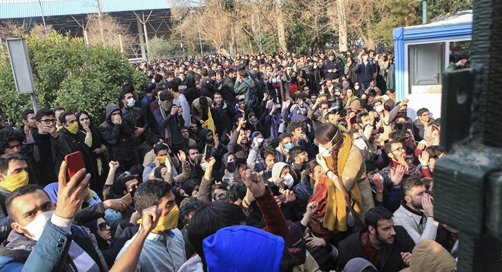 """As autoridades do Irã bloquearam o acesso ao Instagram e ao Telegram em meio ao quarto dia seguido de protestos no país, informou a agência Associated Press; segundo a imprensa local, a medida foi adotada para """"manutenção da paz"""" no país; criador do Telegram, Pavel Durov, declarou em sua conta no Twitter que o acesso ao seu serviço de mensagens foi bloqueado após a recusa de fechar as contas dos manifestantes iranianos"""