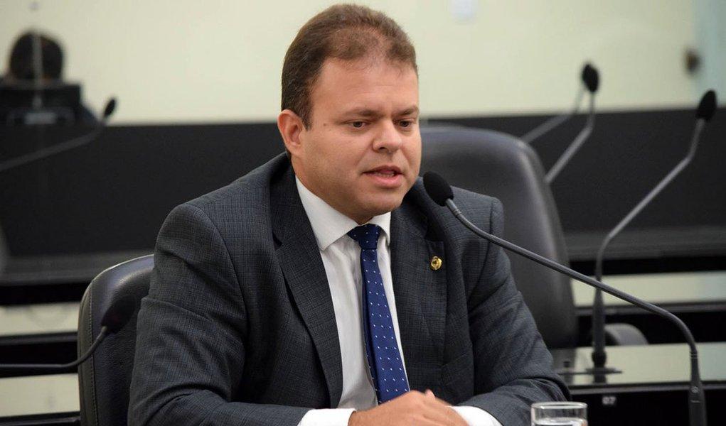 O deputado estadual Léo Loureiro (PPL), que assumiu a vaga do deputado João Beltrão, que pediu afastamento para cuidar de problemas de saúde, registrou mais falta do que presença nas sessões da Assembleia Legislativa de Alagoas; levantamento feito pela Agência Tatu mostrou que Loureiro faltou a 51% das sessões
