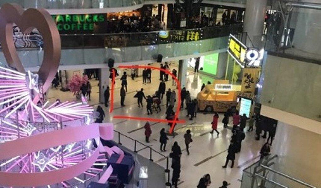 Uma mulher morreu e outras 12 pessoas ficaram feridas depois que um homem realizou um ataque com faca em um shopping em uma área comercial movimentada na capital chinesa, Pequim, informou a polícia no domingo; polícia de Pequim disse em uma breve declaração que eles prenderam um homem durante o ataque no início da tarde no Joy City Mall, no distrito de Xidan