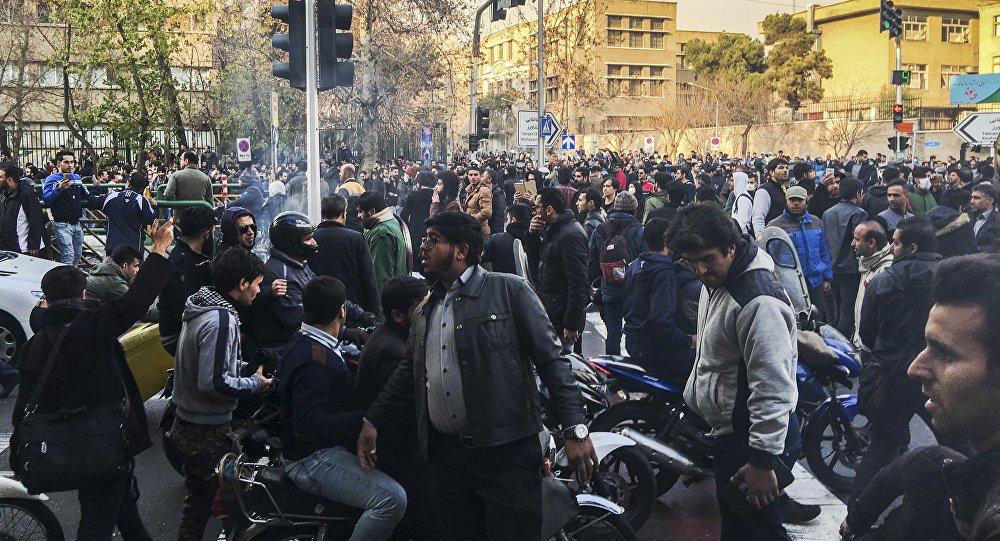 Dez pessoas morreram durante os protestos nas ruas do Irã no domingo, informou a televisão estatal iraniana nesta segunda-feira; protestos em todo o país atraíram dezenas de milhares de pessoas, no embate mais ousado contra a liderança do Irã desde os conflitos pró-reforma em 2009; convocação de novas manifestações para esta segunda-feira aumenta a possibilidade de uma instabilidade prolongada