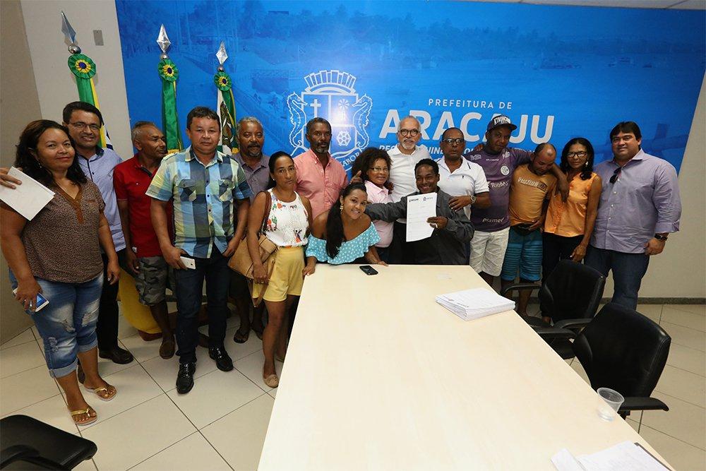"""Na reunião com os feirantes, o prefeito de Aracaju, Edvaldo Nogueira, anunciou que eles poderão ter acesso a uma linha especial de crédito junto à Fundação de Formação para o Trabalho (Fundat); """"Nossa preocupação é que as pessoas possam se desenvolver e, assim, gerar emprego e renda para a cidade"""""""