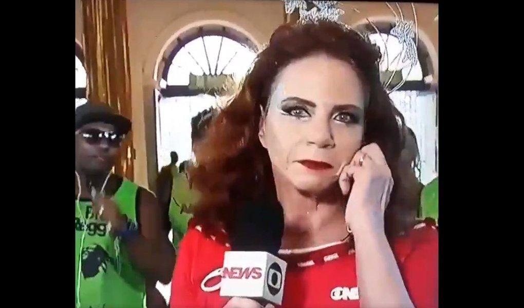 """A jornalista Leilanne Neubarth, da Globonews, ficou visivelmente irritada durante transmissão ao vivo do carnaval nesta segunda-feira, 12; enquanto chamava o repórter Vitor Ferreira, um grupo de sambistas atrás da jornalista entoou: """"vai dar PT, vai dar, vai dar PT vai dar""""; confira a cena:"""