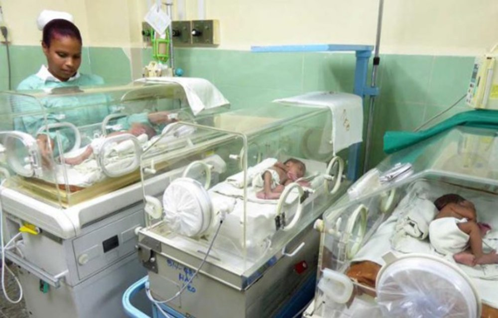 """Os cubanos alcançaram a mais baixa taxa de mortalidade infantil da história em 2017. Segundo dados divulgados da Direção de Registros Médicos e Estatísticos de Saúde do país, o índice do último ano foi de 4 por cada 1 mil nascidos vivos. Nos últimos dez anos, o número tinha se mantido em 5; """"Foram 114.980 nascimentos, 1.892 menos que em 2016 e 465 mortes de bebês menores de 1 ano – 32 menos que em 2016 – é o menor número de mortes registrado até hoje"""", disse o órgão;No Brasil, segundo o IBGE, em 2015, a taxa de mortalidade infantil brasileira (até 1 ano de idade) era de 13,8 para cada 1 mil nascidos vivos"""