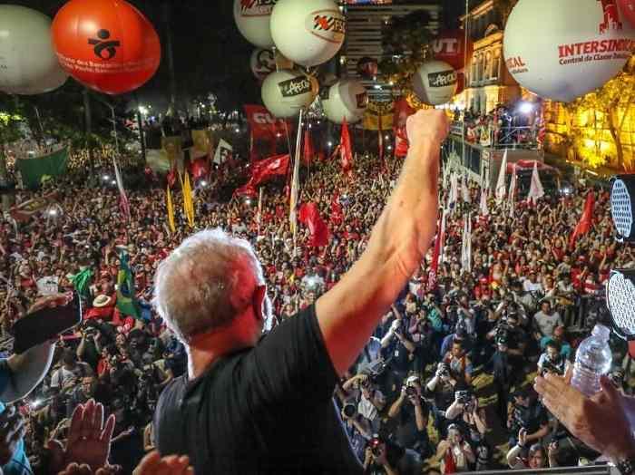 Se todo poder emana do povo, e se Lula é o político que mais representa o povo, então a vontade popular determina que Lula ocupe uma escala hierárquica infinitamente superior a de qualquer juiz