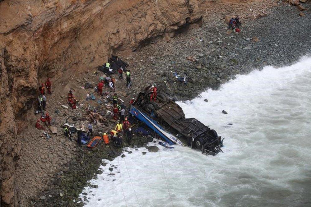Ao menos 48 pessoas morreram na terça-feira quando um ônibus de passageiros despencou de um penhasco à beira do mar em uma perigosa estrada ao norte da capital peruana, Lima, disseram bombeiros e a polícia do país; o acidente aconteceu quando o ônibus, que se dirigia a Lima, colidiu com um caminhão e caiu de um penhasco na área de Pasamayo, na altura do quilômetro 48 da rodovia Panamericana Norte