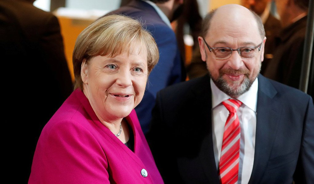 """Os conservadores da chanceler alemã, Angela Merkel, e o Partido Social-Democrata (SPD) chegaram a um acordo formal de coalizão nesta quarta-feira; importantes negociadores sociais-democratas disseram em mensagem publicada nas redes sociais que chegaram ao acordo, junto com uma foto do líder do SPD, Martin Schulz, sorrindo com negociadores do partido; """"Cansados, mas felizes. Há um acordo! Finalmente. Agora, os detalhes finais estão sendo colocados em texto. Depois, os 35 negociadores do SPD irão avaliá-lo"""""""
