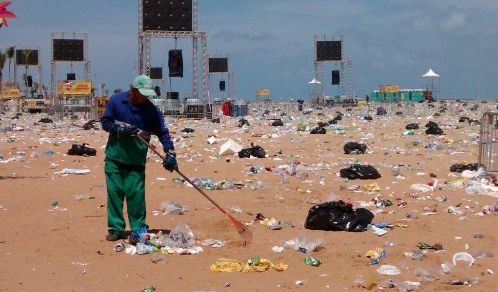 mutirão de limpeza da Prefeitura do Recife recolheu cerca de 50 toneladas de lixo das praias do Pina e Boa Viagem, na capital pernambucana, onde aconteceram as principais festas em comemoração à passagem de ano; os 443 garis iniciaram os trabalhos de coleta de milhares de garrafas, sacos e copos plásticos, além de flores que foram jogadas ao mar, às 4h30 da manhã desta segunda-feira (1)