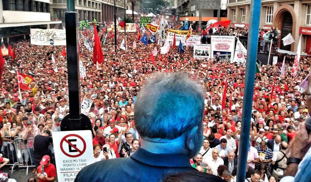 """Em um discurso emocionante para uma multidão em Porto Alegre, na véspera do julgamento de seu recurso contra a sentença do juiz Sergio Moro no TRF4, o ex-presidente Lula disse carregar """"a tranquilidade dos inocentes, daqueles que não cometeram nenhum crime""""; """"As pessoas têm que entender que não estou preocupado comigo. Estou preocupado com o povo brasileiro"""", afirmou; """"Só uma coisa vai me tirar das ruas desse país e será o dia que eu morrer. Até lá estarei lutando por uma sociedade mais justa"""", ressaltou; ele disse acreditar que""""a esquerda vai se reunir não em torno de um candidato, mas em torno de um projeto"""""""