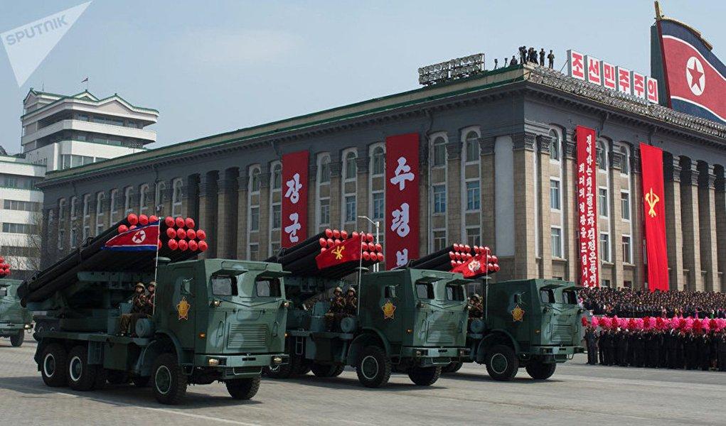 """O conflito militar na Coreia do Norte pode se iniciar por acaso, afirmou o Ministério das Relações Exteriores da Rússia; de acordo com o especialista em ciência política Vladimir Kolotov, levar a cabo uma política de ameaças, bem como brandir as armas, ainda nunca contribuíram para a resolução de problemas de segurança; """"Acredito que seja necessário parar de brandir asarmas. Na história não houve nenhum caso em que qualquer problema de segurança tenha sido resolvido desta forma. A Coreia do Norte não pode recuar, ela vai se defender até o final. Pois a política de ameaças não levará aos resultados desejados"""""""