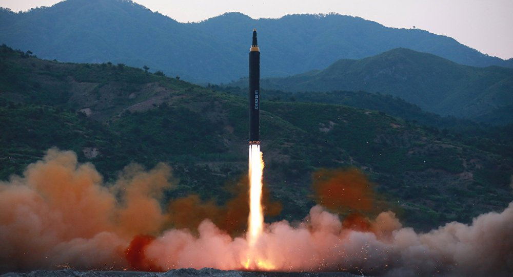 """Coreia do Norte pretende continuar aumentando seu potencial nuclear, afirma uma declaração emitida pela agência de noticias estatal norte-coreana, KCNA; """"Nosso partido e nosso Estado, apontando o caminho da Coreia socialista no Ano Novo, declaram suas posições de princípio. Vamos aumentar nossa capacidade de defesa e capacidade de ataque preventivo, cujo elemento principal são as forças nucleares, enquanto permanecer ameaça nuclear e a chantagem por parte dos EUA e aliados"""", diz o anúncio"""