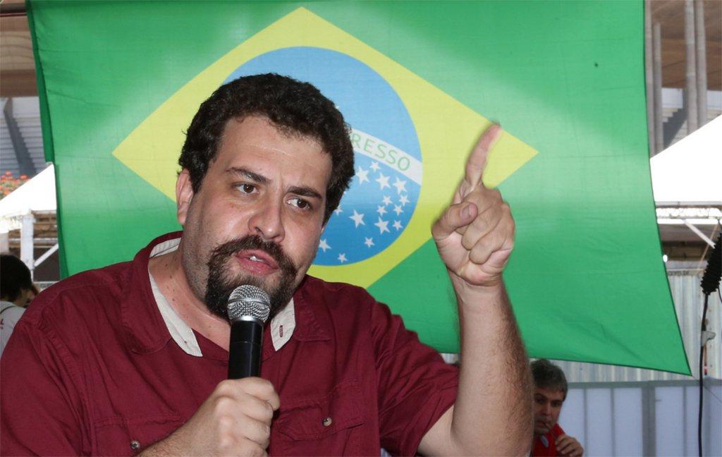 """O coordenador nacional do MTST, Guilherme Boulos, criticou o ministro da Justiça, Torquato Jardim, que defendeu a revista em mochilas de crianças pelo Exército no Rio; """"Ministro da Justiça diz que tem criança de 12 anos que é 'bonitinha', mas pode estar cometendo crimes quando sai da escola. Esqueceu que na mochila não cabe nem perto dos 500 kg de cocaína achados no helicóptero de senador mineiro"""", escreveu Boulos no Twitter"""