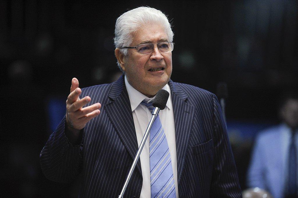 """O senador Roberto Requião (MDB-PR) criticou o acordo da Petrobras para pagar R$ 10 bilhões a acionistas americanos por causa dos prejuízos da estatal nos últimos anos; de acordo com o parlamentar, a diretoria da empresa deveria ir para a cadeia; """"Se o prejuízo da Petrobras causou depreciação das ações dos acionistas, não seria isto ocorrendo só com as dos americanos, seria com as de todos os acionistas brasileiros. Todo mundo teria que ter uma indenização semelhante e, principalmente, o estado brasileiro, o principal acionista da Petrobras. Perceberam a barbaridade?"""", questionou; congressista chamou a atual diretoria da estatal de """"sem-vergonha"""" e defendeu que seus membros sejam presos"""