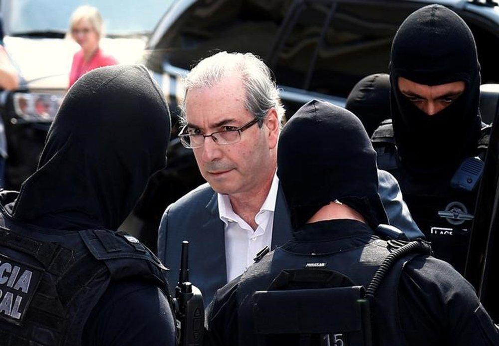 Ex-presidente da Câmara dos Deputados, Eduardo Cunha, é escoltado por policiais federais em Curitiba 20/10/2016 REUTERS/Rodolfo Buhrer