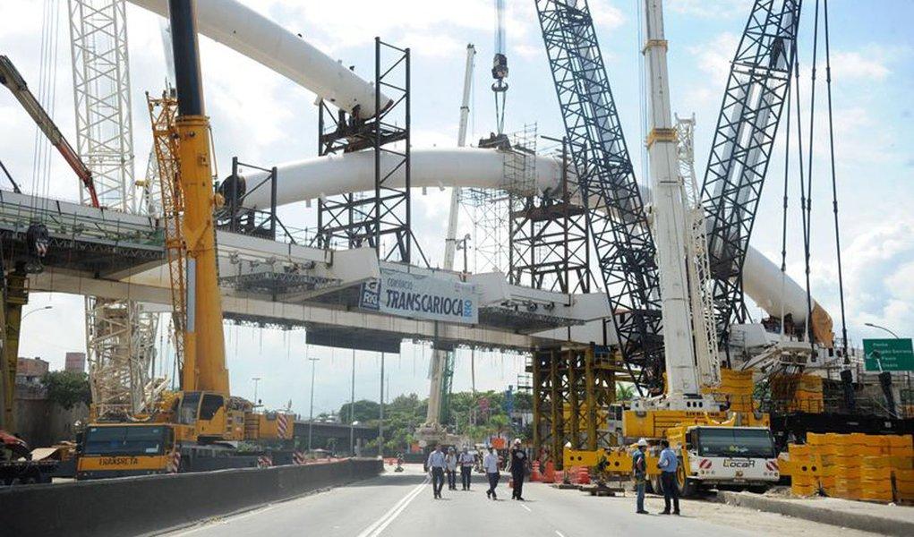 Santander Brasil e o New Development Bank (NDB), o chamado banco dos Brics, anunciaram parceria para investimentos em projetos de infraestrutura no país; foco está em projetos de energia renovável, mobilidade urbana, rodovias e ferrovias; O NDB, criado em 2015 por Brasil, Rússia, Índia, China e África do Sul, já tem uma carteira de projetos de cerca de US$ 300 milhões no país