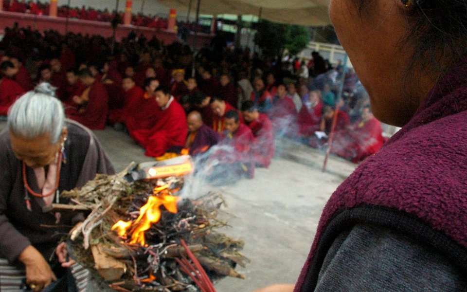 Desde os tempos mais remotos, em todas as civilizações, o homem utiliza certas fumaças perfumadas quando, tomado por algum impulso espiritual, deseja um contato mais efetivo com os seus deuses. Ligado ao elemento vento, o incenso é o símbolo mais direto e efetivo da oração que se pronuncia e que sobe aos céus. No Tibete, a antiga tradição manufatureira do incenso puramente natural, segundo as fórmulas budistas, ainda é praticada e, na atualidade, recebe apoio e estímulo por parte do governo para que não desapareça na voragem da Era Industrial.