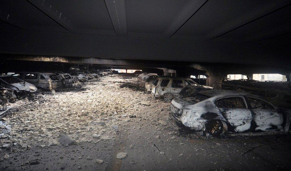 Centenas de carros foram reduzidos a carcaças em um dramático incêndio em um estacionamento de vários andares na orla da cidade inglesa de Liverpool na véspera de Ano Novo; todos os cerca de 1.400 veículos estacionados no estabelecimento, que tem 1.600 vagas, foram destruídos; bombeiros disseram que começou acidentalmente dentro de um veículo e se espalhou para os demais automóveis